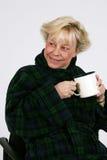 Un femme plus âgé avec la cuvette de café Photographie stock libre de droits