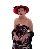 Un femme plus âgé avec le châle noir et le Red Hat Photos stock