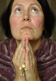 Un femme plus âgé dans la prière Images libres de droits