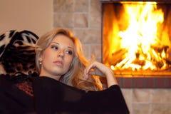 Un femme près de la cheminée Photo stock