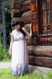 Un femme regarde à l'extérieur l'hublot Photos libres de droits