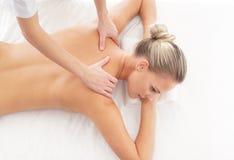 Un femme s'étendant sur une marche à suivre de massage de station thermale Images libres de droits