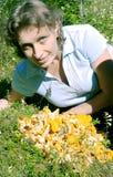 Un femme se trouve sur une pelouse près de la chanterelle Photo stock