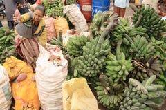 Un femme vendant les pommes de terre et la banane sur Timor Image libre de droits