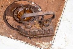 Un fer antique de fer sur le fourneau Images libres de droits