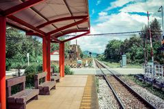 Un ferrocarril vacío con el fondo de la montaña y del cielo imagen de archivo