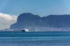 Un ferry arrivant au port image libre de droits