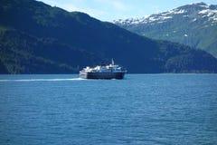 Un ferry d'île approchant un port Photo libre de droits