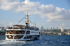 Un ferry navigue dans la mer de Bosphorus, Istanbul Photo stock