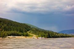 Un ferry public utilisé pour croiser le fleuve Yukon Photographie stock libre de droits