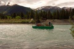 Un ferry utilisant le courant pour traverser la rivière russe Images stock