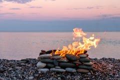 Un feu brûlant dans l'endroit en pierre Images stock