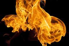 Un feu brûlant dans la paume d'un magicien, contre un CCB foncé Photo stock