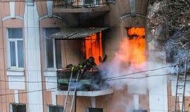 Un feu dans un immeuble Lumière et clubs lumineux forts, fenêtre de nuages de fumée de leur maison brûlante sapeurs-pompiers photo libre de droits