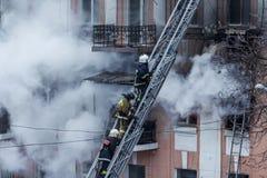 Un feu dans un immeuble Lumière et clubs lumineux forts, fenêtre de nuages de fumée de leur maison brûlante sapeurs-pompiers image libre de droits