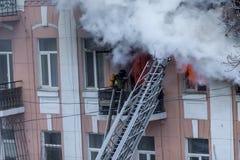 Un feu dans un immeuble Lumière et clubs lumineux forts, fenêtre de nuages de fumée de leur maison brûlante sapeurs-pompiers photos libres de droits