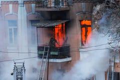 Un feu dans un immeuble Lumière et clubs lumineux forts, fenêtre de nuages de fumée de leur maison brûlante sapeurs-pompiers photographie stock