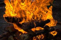 Un feu de camp allumé avec une torche Image libre de droits