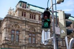 Un feu de signalisation avec deux filles vertes dans l'amour Couples homosexuels Sécurité sur les routes Lifebuoy rouge avec l'êt Photographie stock