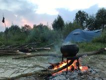 Un feu dilué Un pot d'aliment cuits se tenant sur le feu image libre de droits