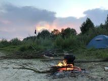 Un feu dilué Un pot d'aliment cuits se tenant sur le feu image stock