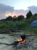 Un feu dilué Un pot d'aliment cuits se tenant sur le feu photos libres de droits