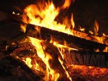 Un feu rougeoyant de camp une nuit de camping Photos libres de droits
