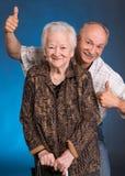 Un figlio sviluppato che mostra okay con la sua mamma di invecchiamento Fotografia Stock
