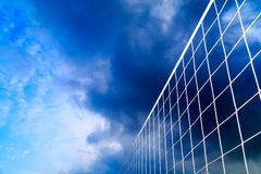 Un filet de volleyball de plage sur le fond du ciel bleu avec des nuages Photo libre de droits