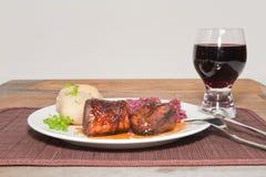 Un filete de cerdo asado plateado con una Shiraz Imagen de archivo