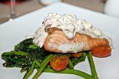 Un filete delicioso de salmones con lechuga en verduras verdes Fotografía de archivo libre de regalías