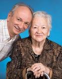 Un fils développé avec sa maman vieillissante Photographie stock libre de droits
