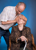 Un fils développé avec sa maman vieillissante Photo stock