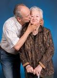 Un fils développé embrassant sa maman vieillissante Photos stock
