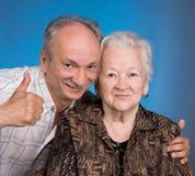Un fils développé montrant correct avec sa maman vieillissante Images stock