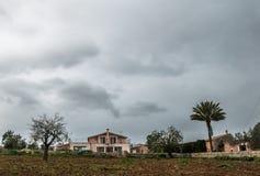 Un finca rurale nella vista frontale di Maiorca un giorno nuvoloso Fotografie Stock