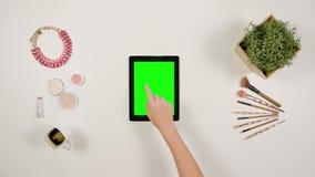 Un finger del ` s de la señora que toca una tableta fotos de archivo libres de regalías