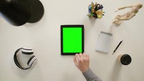 Un finger que enfoca adentro en la pantalla táctil verde almacen de metraje de vídeo