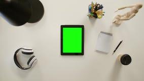 Un finger que toca una pantalla verde del iPad metrajes