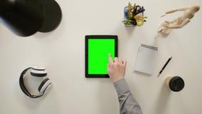 Un finger que toca una pantalla verde del iPad almacen de video