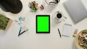 Un finger que toca una tableta con una pantalla verde almacen de metraje de vídeo