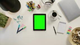 Un finger que toca una tableta con una pantalla verde almacen de video