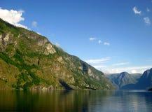 Un fiordo e montagne, Norvegia Fotografia Stock Libera da Diritti