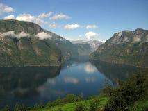 Un fiordo e montagne, Norvegia Fotografie Stock Libere da Diritti