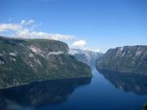 Un fiordo e montagne, Norvegia Fotografie Stock