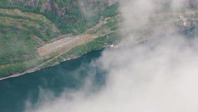 Un fiordo místico en Noruega con las montañas almacen de metraje de vídeo
