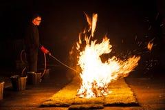 Preparando per una passeggiata di fuoco Immagine Stock