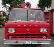 Un firetruck viejo del vado Fotos de archivo