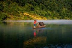 Un fishman ha fuso una rete dorata sul fiume fotografia stock libera da diritti
