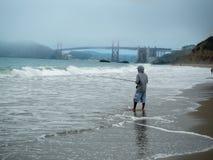 Un Fishman in spiaggia San Francisco del panettiere immagine stock